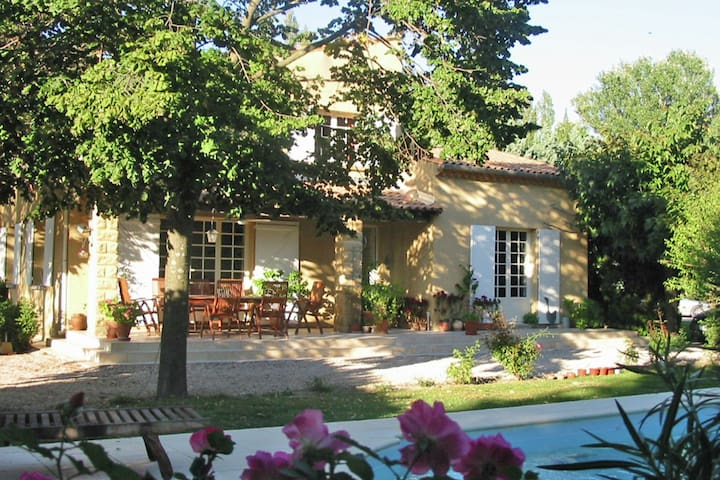 Provencal villa on 3000 m² with pool and views on vineyards in very rich touristical offers