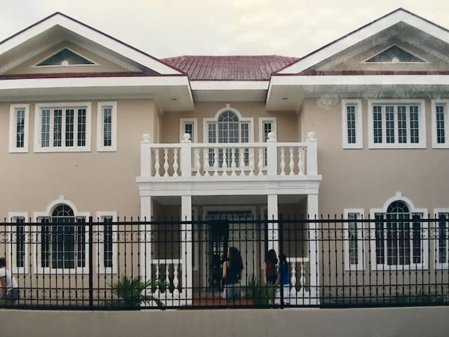 3BR, 4Bath a mile from NAIA in Multinational Vill.