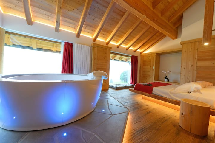 Casera Degnona, luxury lodge with Jacuzzi