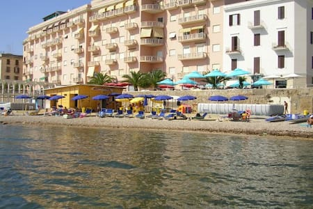 Suite beachfront near the station and port, 5 beds - Civitavecchia - Leilighet