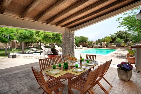 Vilă cu piscină privată și teren de tenis