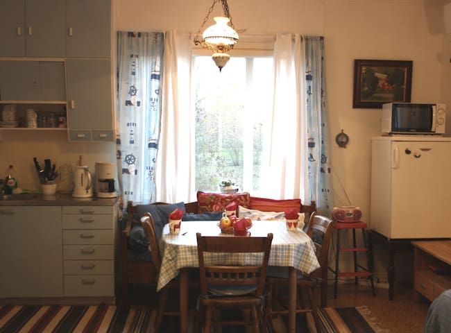 The kitchen is a traditional one from the late 40 'is with an original cupboard.
