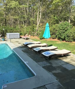 Pool,Hottub.sleeps 20,Wifi,AC,pets - Oak bluffs