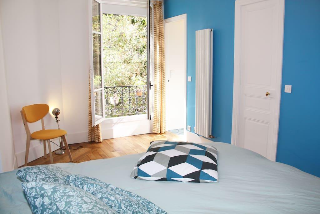 Quiet bedroom overlooks the garden - Chambre donnant sur jardin. Très calme.