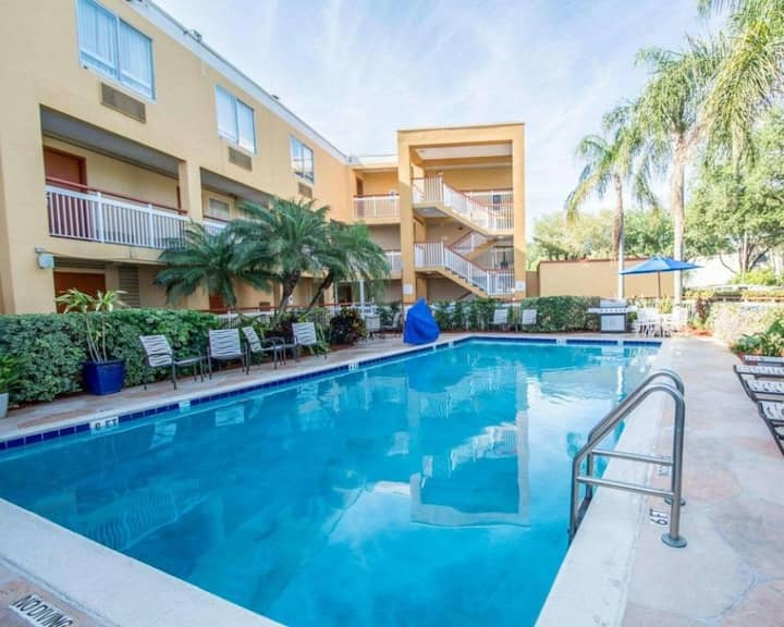 By the Malls! Comfy King Unit, Parking, Breakfast