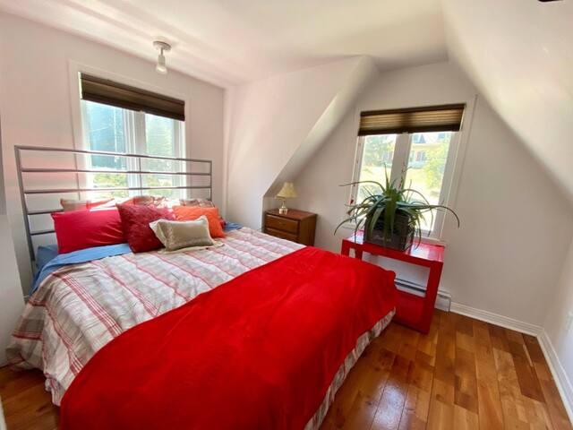 Red room Queen bed/Chambre rouge lit queen