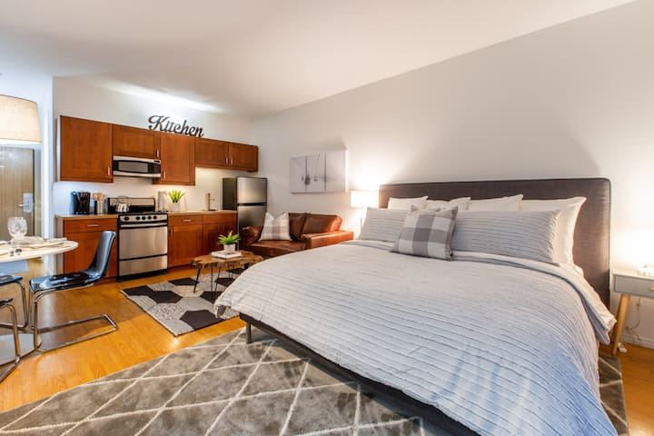 NEWLY Renovated Studio-Ski Deer Valley and Park City-Full Kitchen-Hot Tub-Free Shuttle Access to Everything!