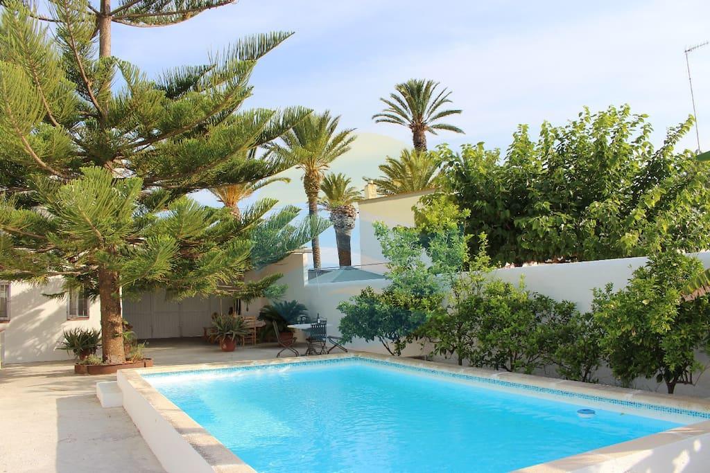 Fantástica zona con jardín - piscina