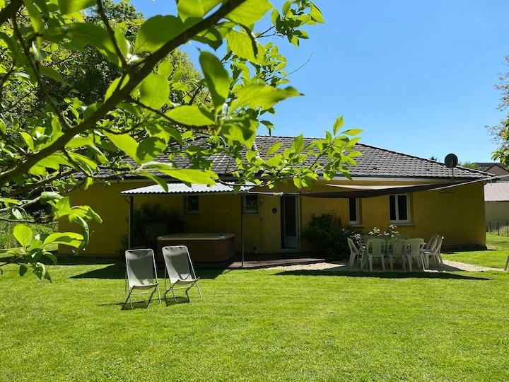 Maison neuve avec grand jardin et jacuzzi