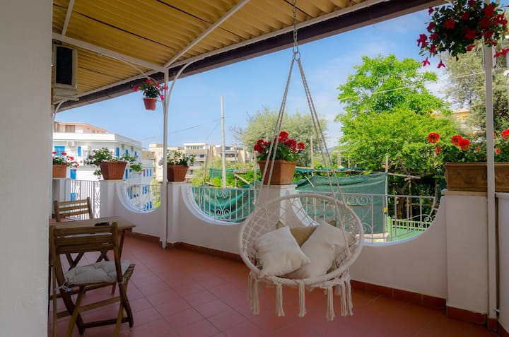 Private house with large patio 2mins from center