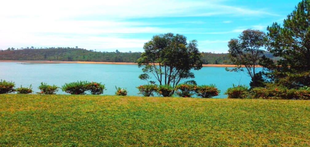 Villa au bord du lac Mantasoa, paisible, boisé .