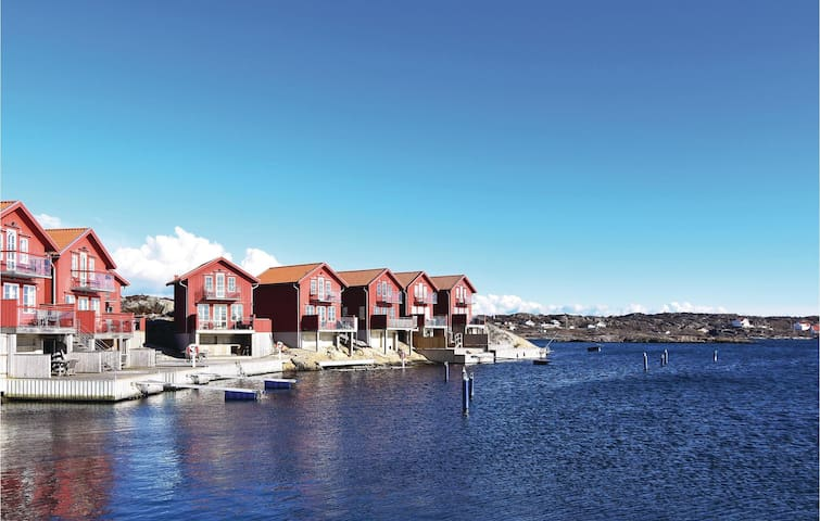 Holiday cottage with 3 bedrooms on 53m² in Hällevikstrand