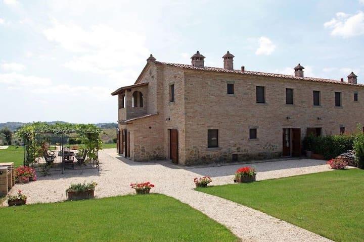 Luxury Tuscan villa with pool near Cortona