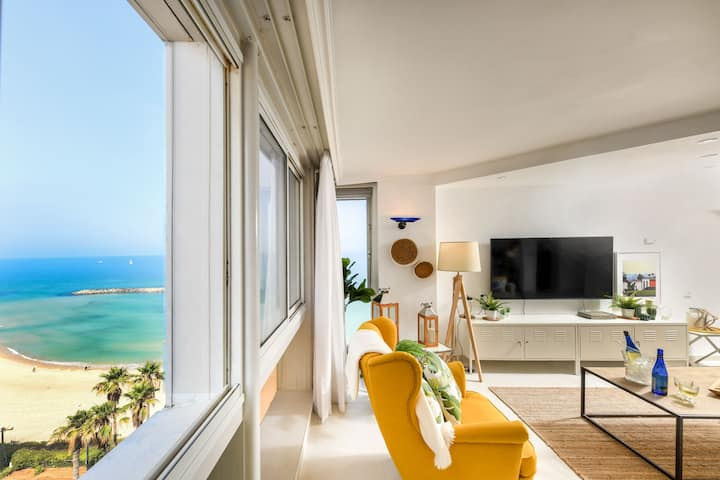 Decorated Beachfront Apt w/ Great Views of The Sea