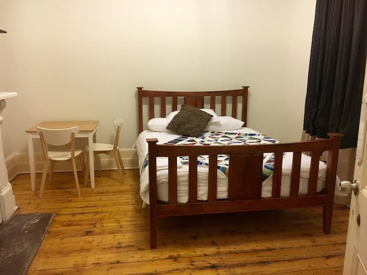 Spacious room in cosy CBD homestead
