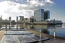 Terrasse mit Sonnenenergie und Blick auf den Medienhafen