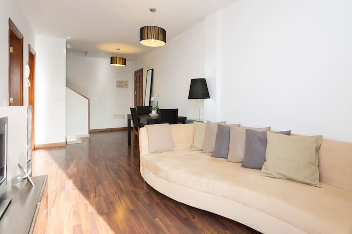 Amplio, luminoso y cómodo salón.suelos de tarima que dan calidez a la estacia