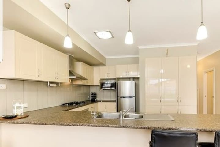 2storey townhouse,w/BA,walk 10min train&20min shop