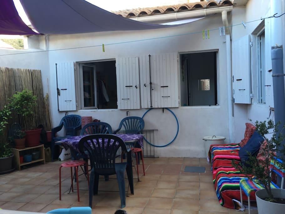 Table et chaises + coin relax (palette/matelas/coussins)