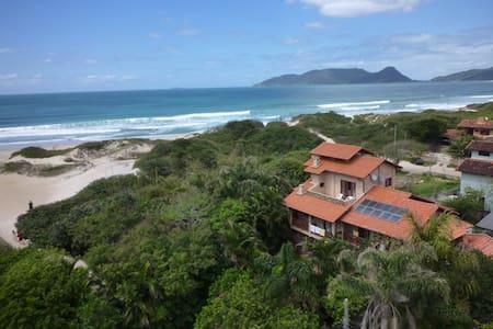 Apartamento duplex em frente a praia do campeche
