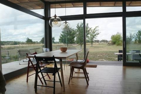Design Holzhaus mit Feldblick in Märk. Schweiz