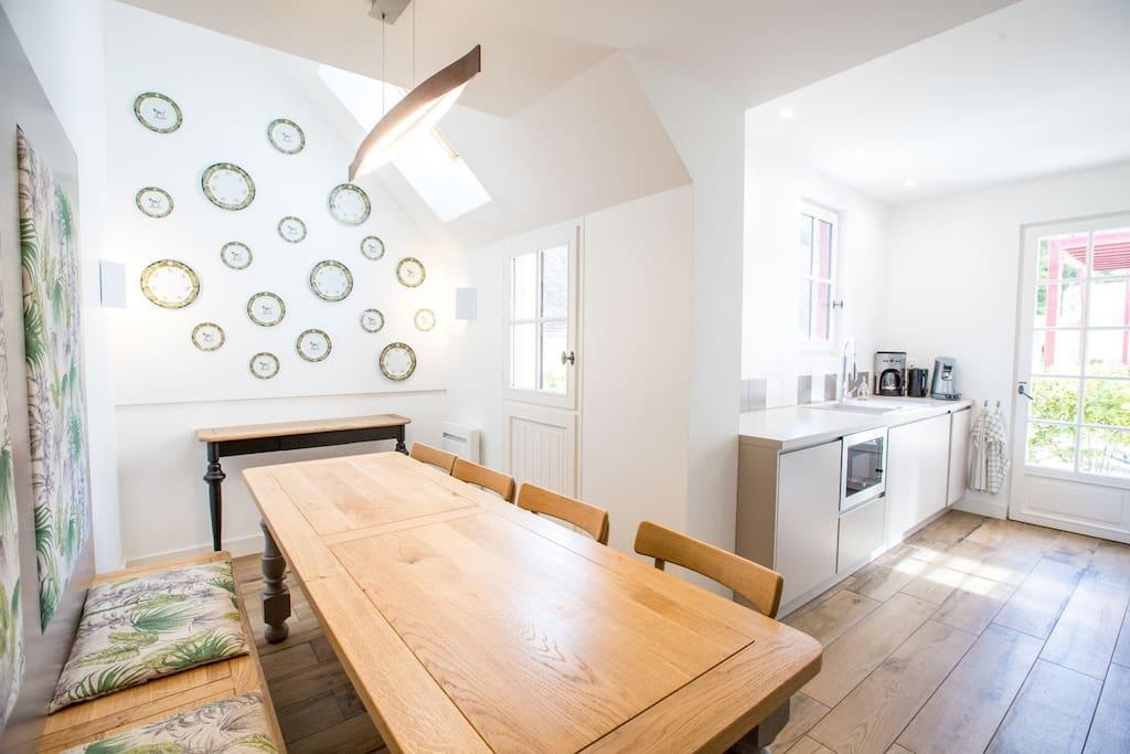 Grande salle à manger lumineuse, avec cuisine attenante