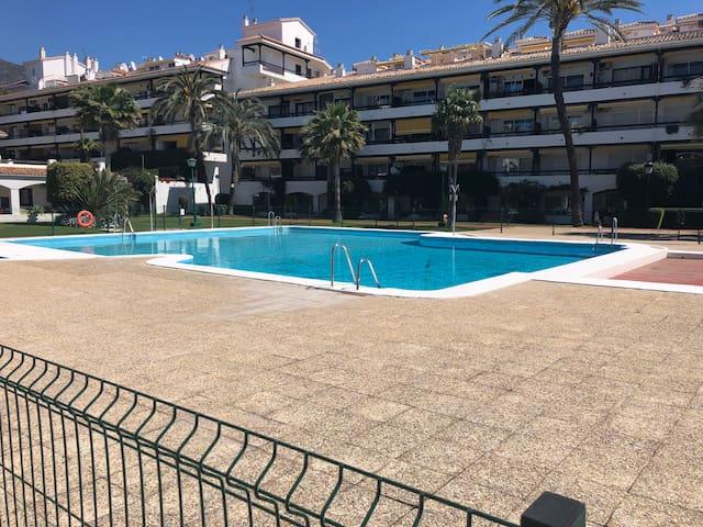 Una de las piscinas de la urbanización.