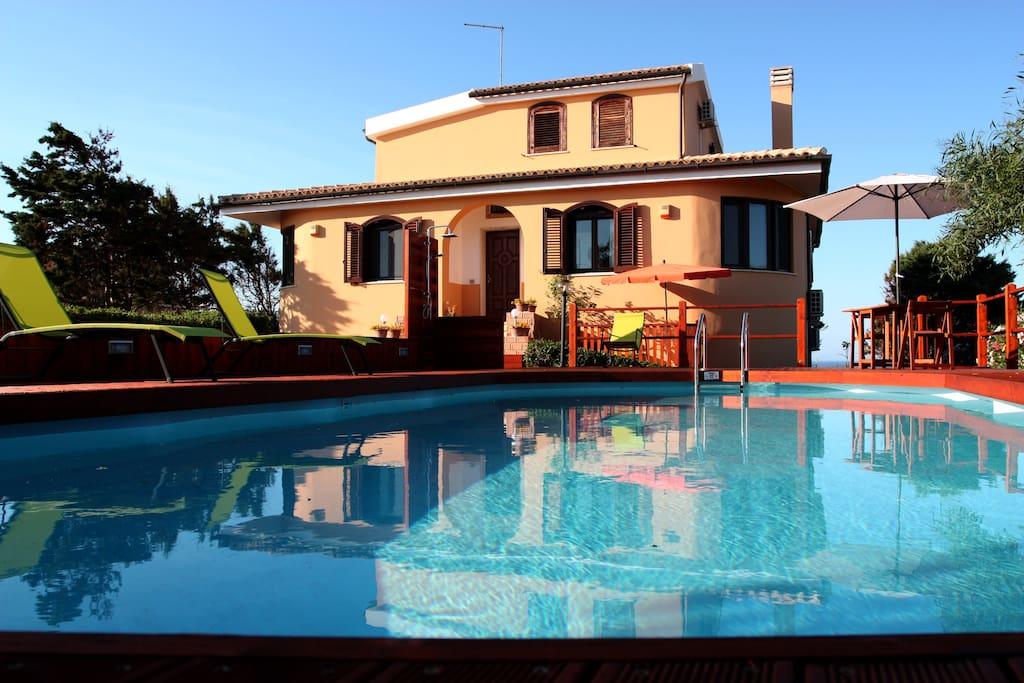 facciata con solarium e piscina