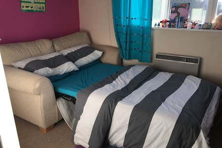 Comfy double sofa bed room in quiet location. - Chertsey