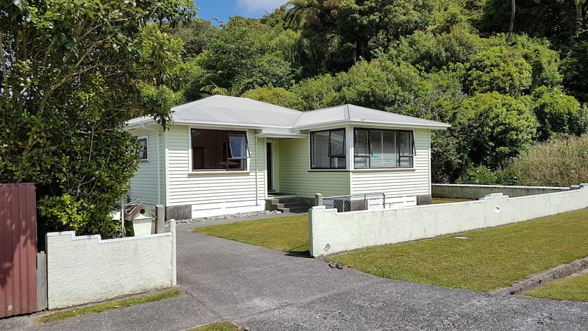 Greymouth Central-Spacious unit, quiet location