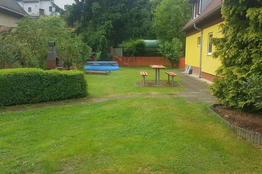 Zahrada, bazén pro hosty pouze červen - září, gril
