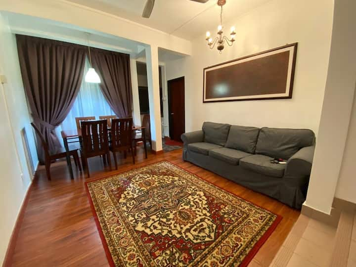 Newly renovated townhouse nearby icity for 7 pax
