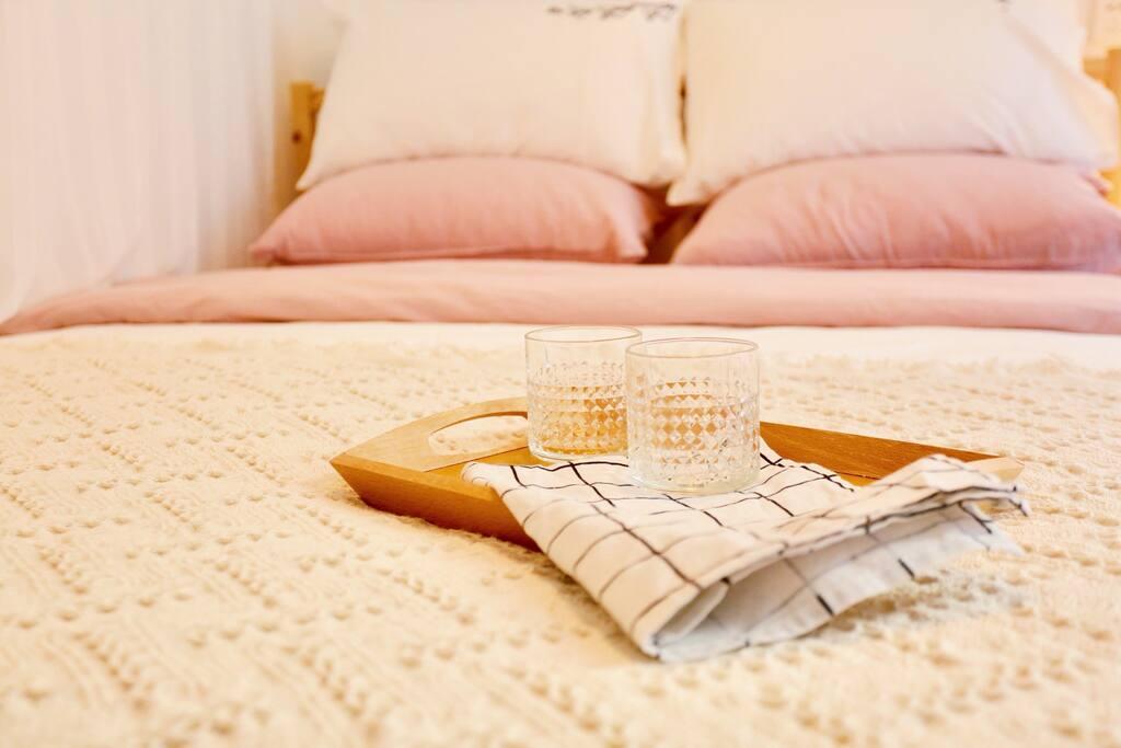 窝在床上看书喝咖啡听音乐消磨时光