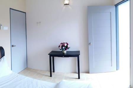 客房位於林明市中心,是去林明聞名的彩虹瀑布或林明山看日出雲海的地方。
