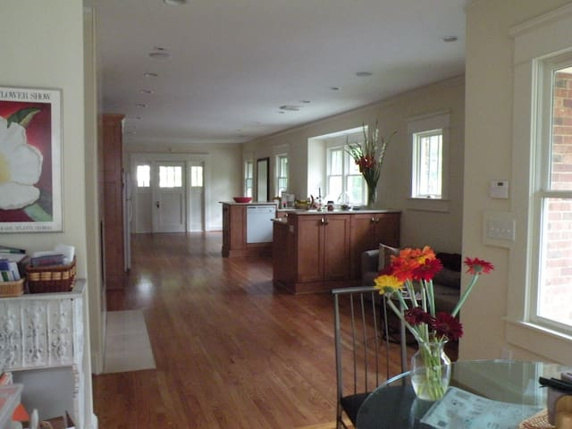 Spacious, hardwoods, WALK to MARTA and restaurants - Decatur - House