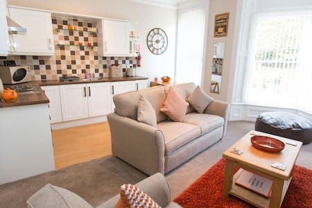 Knotts Landing in central Whitby, sleeps 2