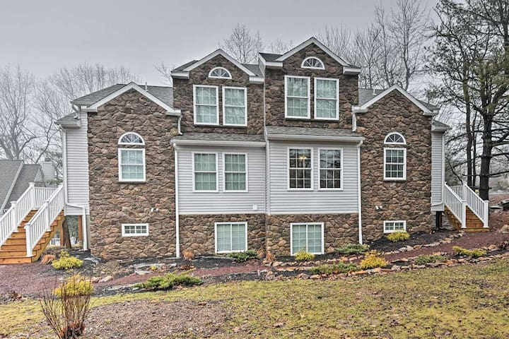 NEW! 6BR Lake Harmony Townhome - Walk to Ski Lifts