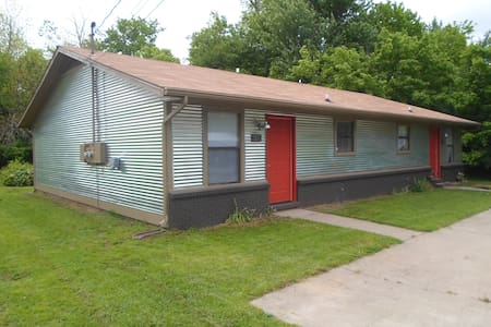 Clean, simple & convenient 2Br/1Ba - Fayetteville