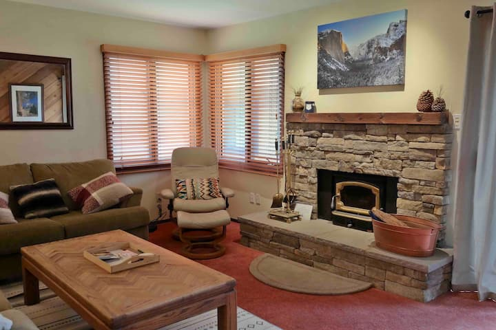 Cozy Condo, Close to Everything, Wi-Fi, Fireplace