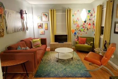 Urban Cottage: Private Bed Bath & Living Room - Denver - Dům