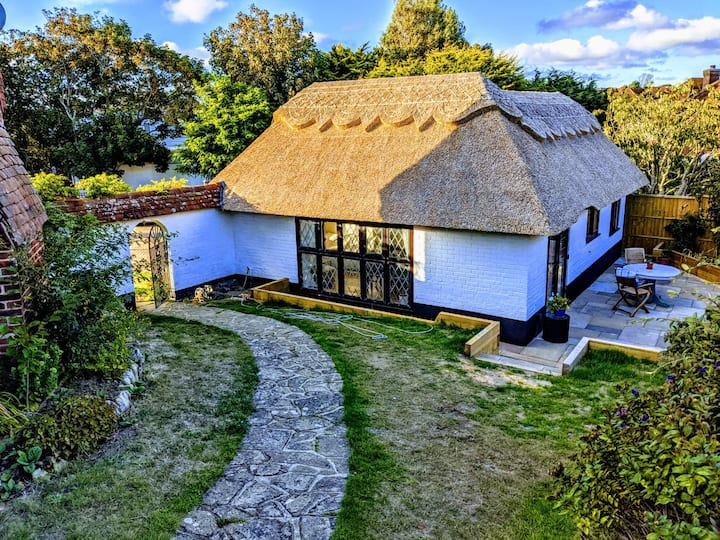 Stunning thatched cottage by coast and countryside