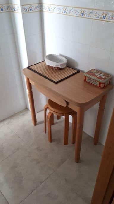Cocina con lavadora, lavavajillas, tostadora para pan, microondas con grill, horno y fuegos