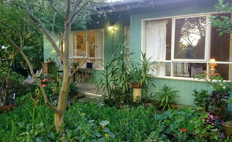 Boho beach bungalow in garden - Rosebud - Apartment