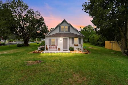 Historic Intracoastal Waterlily Cottage- King bed
