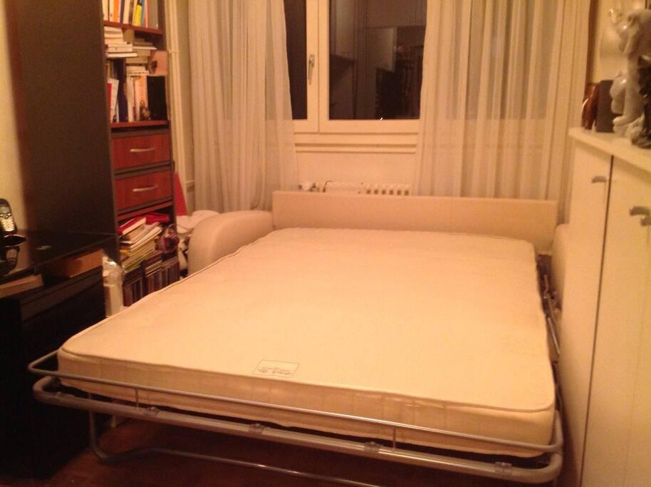 Canapé-lit ouvert avec un vrai matelas confortable