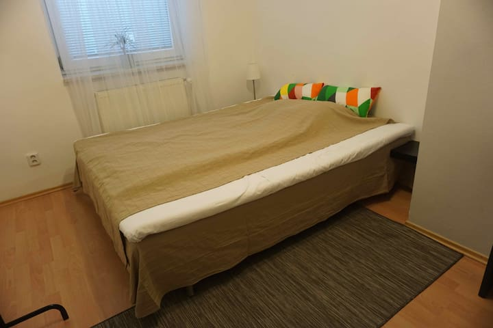 Room with queen bed close to the airport (no.7)