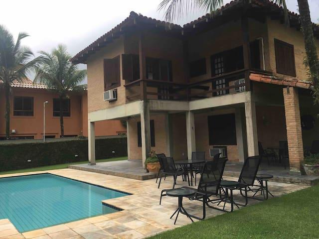 Casa com vaga de barco e piscina