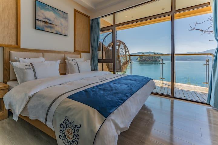 泸沽湖畔·情人滩一线湖景观湖大床房202(躺在床上就能看到湖景;坐到露台上就能看到日出、日落、晚霞)