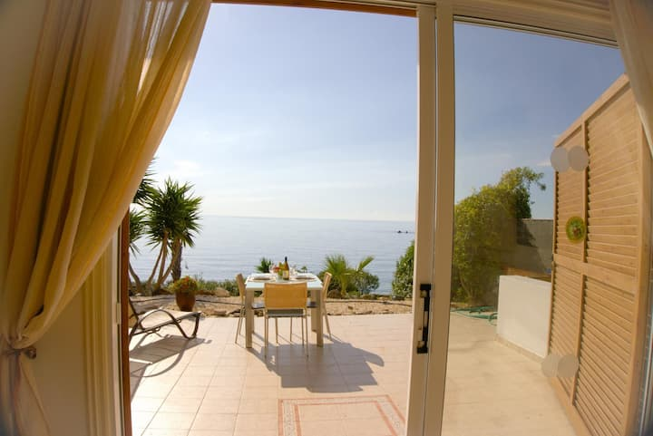 Beach Front Villa Azura Sunrise (Coral Bay) Sea Views car not necessary