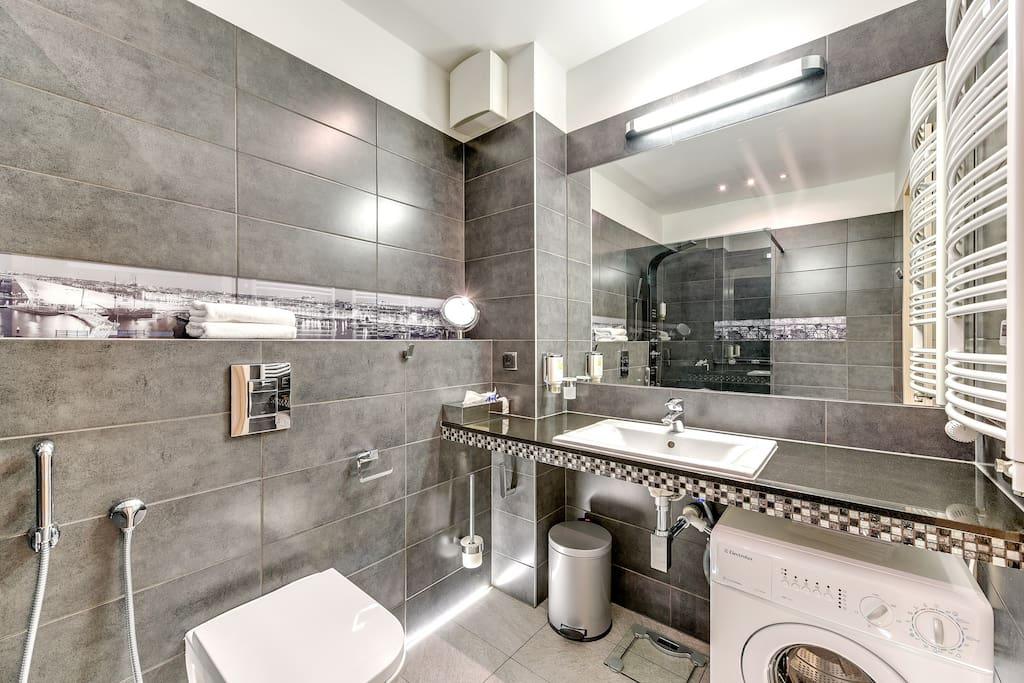 łazienka z podgrzewanym lustrem i podłogą